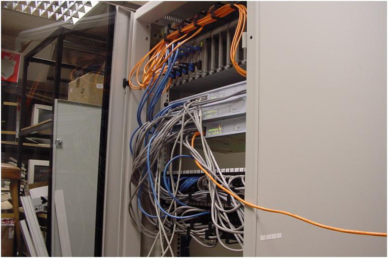 снятая дверь у 19-ти дюймового телекоммуникационного шкафа 42U