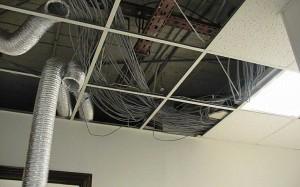 Кабель витая пара оставлена прямо на фальш-потолке